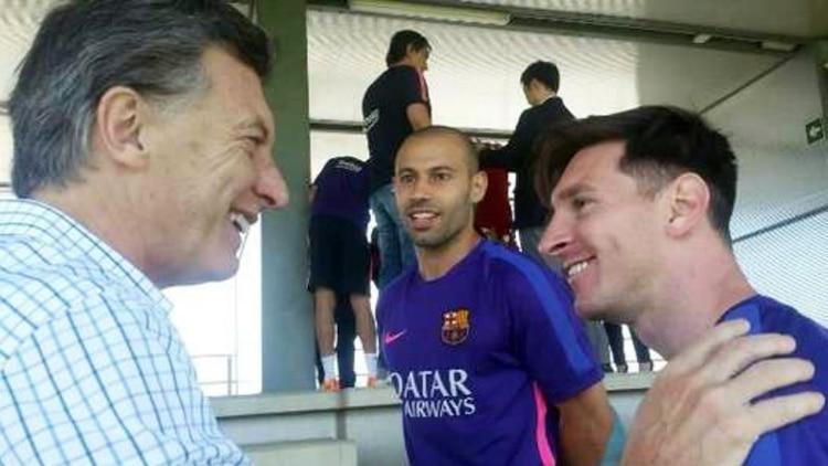 Otro encuentro entre Mauricio Macri y Lionel Messi. Más atrás, Javier Mascherano