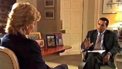 """Lady Di y Martin Bashir en el Palacio de Kensington. El periodista fue acusado de obtener la entrevista con """"tácticas deshonestas"""" y está bajo investigación de la BBC"""