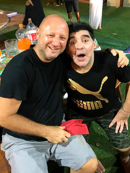 Israelit y Diego en 2016, celebrando fin de año en la casa de los padres de Maradona (Foto: álbum personal de Mariano Israelit)