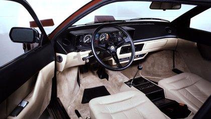 En el habitáculo era habitual sentir olor a cables quemados. Un auto no habitual en Ferrari.