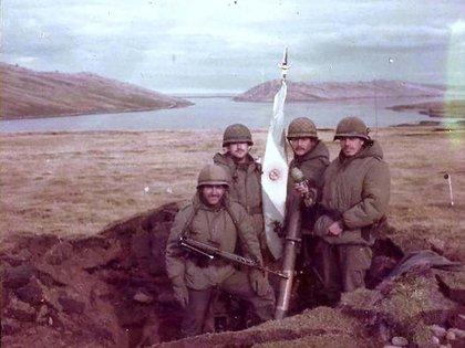 Soldados del RI5 en una trinchera en Puerto Howard