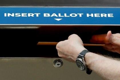 Una boleta de muestra se inserta en una urna de votación segura del Estado de Nueva York mientras los legisladores del Estado y la Ciudad celebraban una reunión para su nueva legislación que permitiría a las Juntas de Elecciones locales establecer ubicaciones de cajas de votación en ausencia en todo el estado, el 31 de agosto de 2020 (REUTERS/Mike Segar/Archivo Foto)