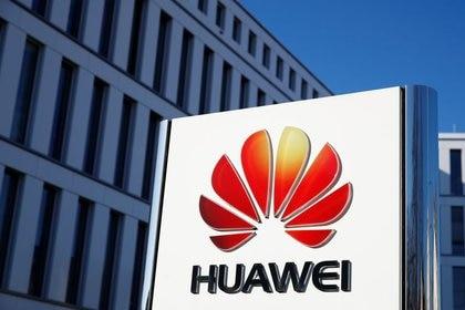 FOTO DE ARCHIVO: El logo de Huawei Technologies frente a la sede del gigante chino de las telecomunicaciones en Düsseldorf, Alemania, el 18 de febrero de 2019.  REUTERS/Wolfgang Rattay