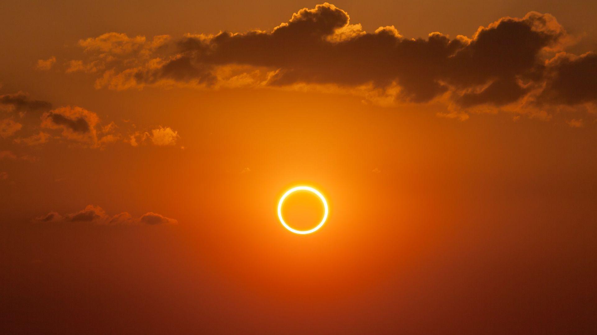El Sol es 400 veces más grande que la Luna, pero la Luna se encuentra aproximadamente 400 veces más cerca de la Tierra