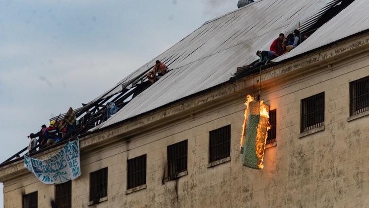 Las imágenes de los disturbios en el penal de Villa Devoto (Adrián Escandar)