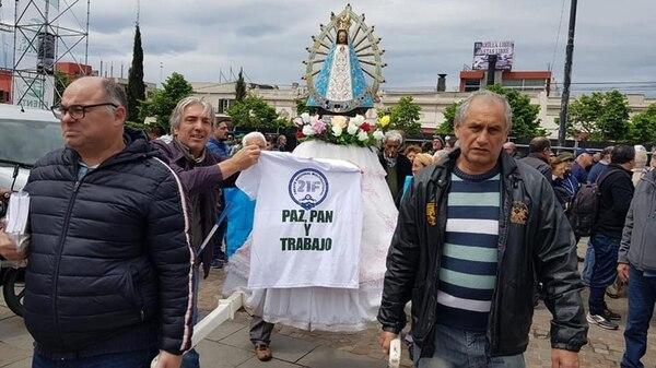 La misma remera que firmó Francisco, en la celebración religiosa de Luján