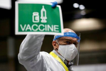 Los CDC instan a las personas completamente vacunadas a seguir respetando las precauciones (REUTERS/Lindsey Wasson/File Photo)