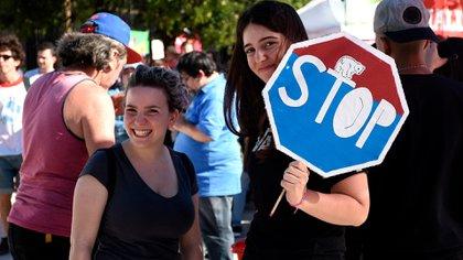 Dos jóvenes que se manifestaron frente al Congreso argentino