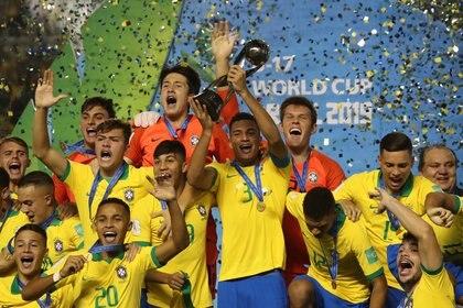 La verdeamarela se cornó campeón en casa del Mundial sub 17  (Foto: REUTERS/Sergio Moraes)