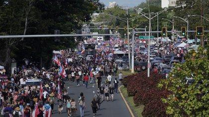La gente toma la carretera Las Américas en San Juan, Puerto Rico, el 22 de julio de 2019, el día 9 de protestas que exigían la renuncia del gobernador Ricardo Rosselló (Foto de eric rojas / AFP)
