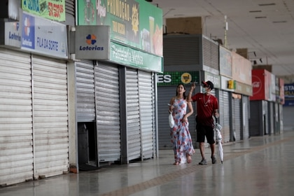 Los comercios se encuentran prácticamente todos cerrados (REUTERS/Ueslei Marcelino)