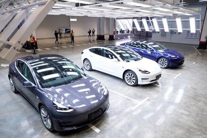 Los primeros Model 3 que fueron entregados en enero pasado en la fábrica de Shanghai (Reuters)
