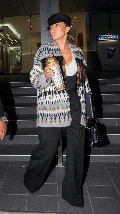 Jennifer López tuvo una reunión de negocios en Hollywood. Además de su agenda, la artista llevó en su mano una botella de agua que marcó tendencia por sus brillos (Fotos: The Grosby Group)