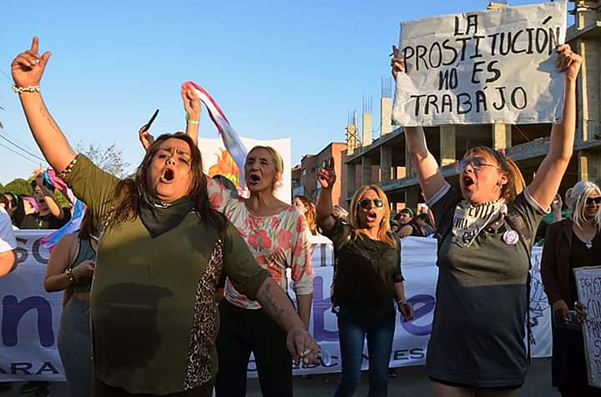 Alma Fernández, activista travesti y por los derechos humanos, dice que la prostitución no puede ser considerada un trabajo cuando para las personas travestis y trans en Argentina es la única opción de supervivencia.