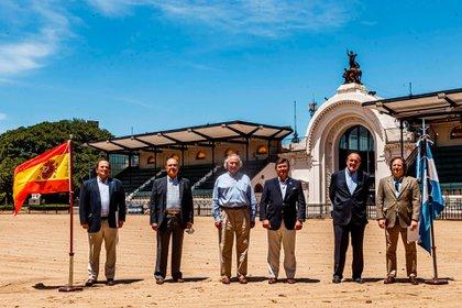 Las autoridades de la Asociación Argentina de Angus y la Sociedad Rural Argentina junto a representantes de España (Foto: Daniel Sempé)