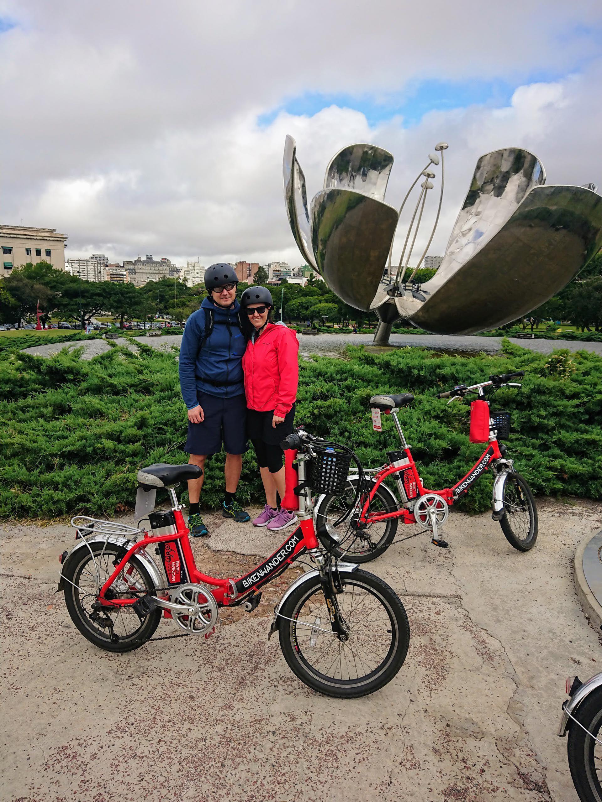 Los tours guíados en bicicletas eléctricas son una forma distinta de recorrer la ciudad