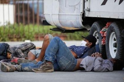 Image d'archive.  Les migrants se reposent à côté d'un camion devant le refuge pour migrants Casa INDI, où certains ont contracté le coronavirus, à Monterrey, au Mexique.  12 juin 2020. REUTERS / Daniel Becerril