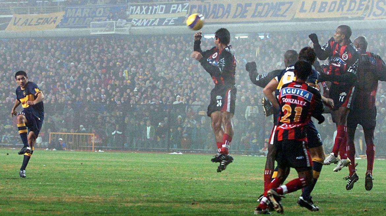 Boca ganó esa noche 3-0 con goles de Riquelme (de tiro libre), Palermo y Battaglia y se clasificó a la final de la Libertadores 2007 (NA)