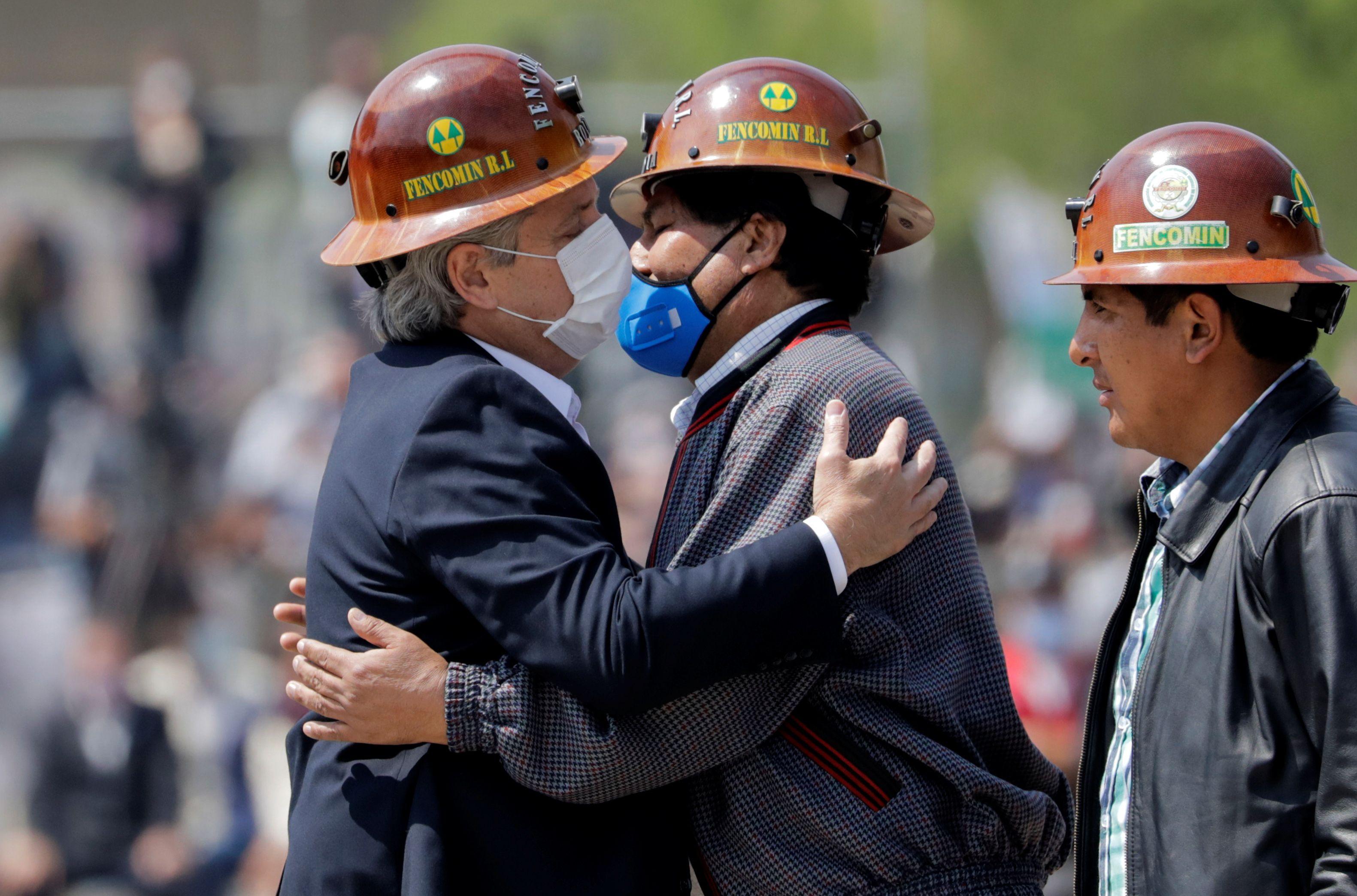 Alberto Fernández saludó al  ex presidente de Bolivia, que regresó a su país luego del triunfo electoral de Luis Arce (Reuters)