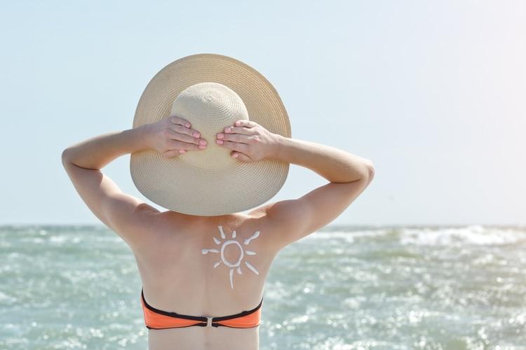Si bien es fundamental protegerse del sol todo el año, en verano los cuidados deben intensificarse (Shutterstock)