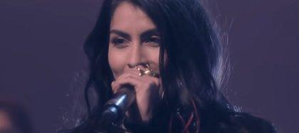 La cantante agradece a sus padres por apoyar su carrera siempre y ayudarla a no perder el rumbo (Foto: Captura de pantalla YouTube)