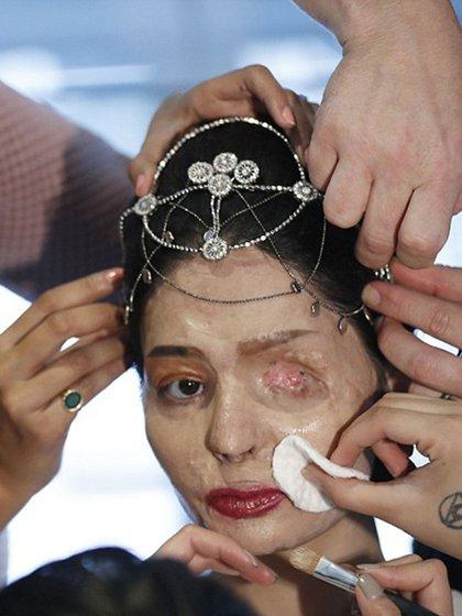 La corona con que Reshma Qureshi desfiló en el New York Fashion Week (AP)
