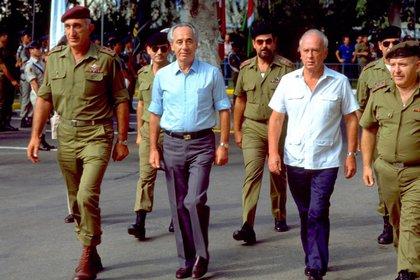 Shimon Peres camina junto con el ministro de DefensaYitzhak Rabin en 1985 (