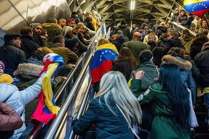 Venezolanos en el Metro de Madrid yendo a la Puerta del Sol