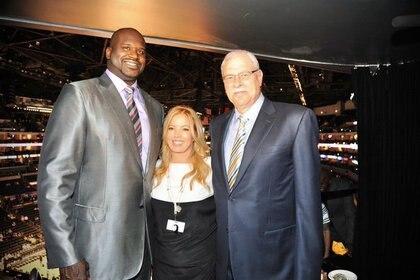 Jeanie Buss fue pareja del entrenador Phil Jackson (der.; Shaquille O'Neal a la izq.), quien llevó a los Lakers a cinco victorias. (@JeanieBuss/Twitter)