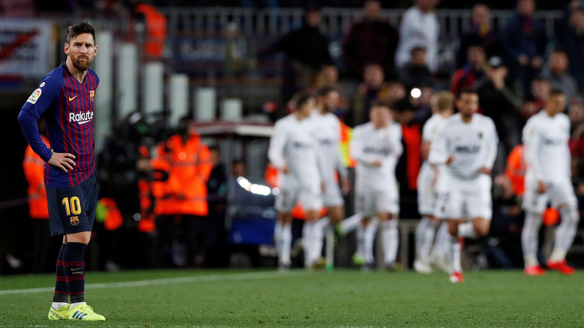 Dani Parejo celebra su gol para el Valencia en el Camp Nou ante la mirada desconcertada de Lionel Messi. Foto: REUTERS/Albert Gea