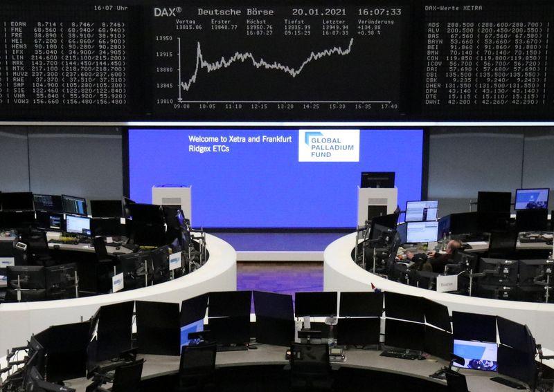 FOTO DE ARCHIVO: El índice bursátil alemán DAX en el interior de la Bolsa de Fráncfort, Alemania, el 20 de enero de 2021. REUTERS/Personal