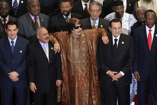 Otros tiempos. Muammar Khadafi junto a los presidentes de Egipto, Hosni Mubarak (derecha) y el de Yemen, Ali Abdullah Saleh (izquierda), en 2010. Todos fueron derrocados (AFP)