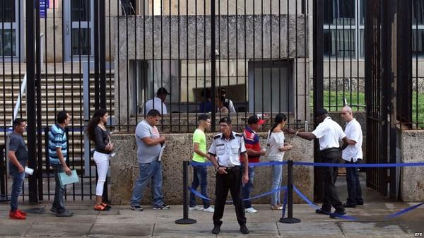 Cubanos frente a la Embajada de EEUU en La Habana (Foto: Martí Noticias)