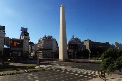 Vista general de la Avenida 9 de Julio desierta en medio de la cuarentena obligatoria por la pandemia de Coronavirus. REUTERS/Matias Baglietto