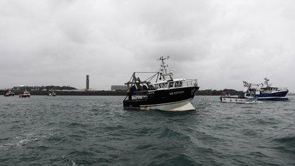 Tensión en Jersey tras el Brexit: Francia y el Reino Unido desplegaron buques armados en la isla británica bloqueada por pescadores