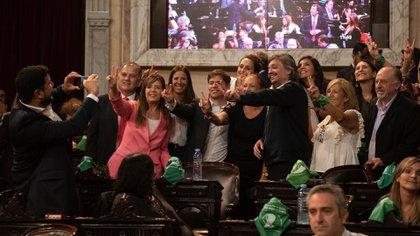 Los diputados del Frente de Todos, rodeados de pañuelos verdes durante la Asamblea Legislativa (Adrián Escandar)