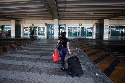 El servicio de emisión de pasaportes fue suspendido en todo el país desde el pasado 27 de marzo, con el objetivo de frenar la propagación de coronavirus y evitar viajar a otros países. (Foto: EFE)