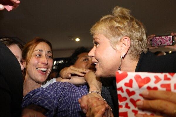 Decenas de fans fueron a recibir a Xuxa al aeropuerto de Ezeiza (Foto: Grosby Group)