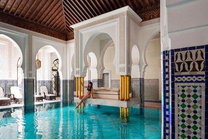 Marrakesh ofrece una amplia gama de maravillas, desde los estrechos pasajes laberínticos y los zocos de la antigua medina (La Mamounia)