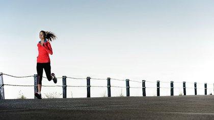 Entre sus beneficios se encuentra mejorar el rendimiento deportivo (Shutterstock)