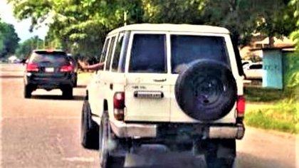 Camionetas sin placas usadas por funcionarios de FAES