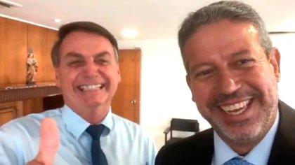 Jair Bolsonaro recibe a Arthur Lira, líder del partido PP y de la principal bancada en el Congreso