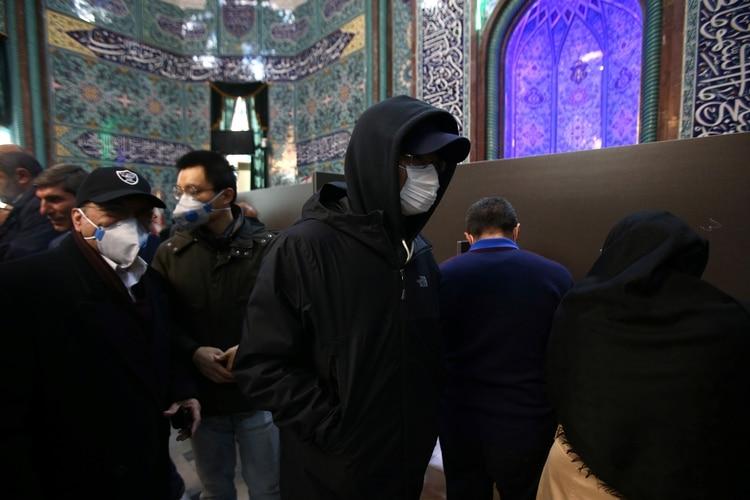 El uso de las mascarillas se extiende en Irán (Reuters)
