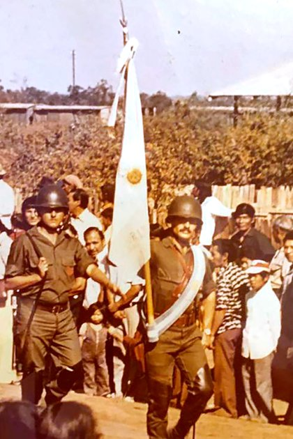 """El entonces subteniente Berdina como abanderado en el Regimiento de Infantería del Monte en una foto que cedió su hermano Alejandro. Por el cuero que llevan en los pantalones, los conocen como """"Rodillas Negras"""""""