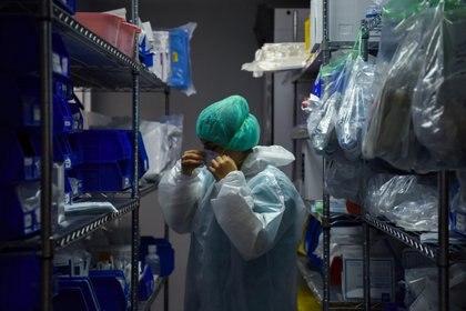 Un médico lleva el equipo protector antes de ingresar a la uNidad de Cuidados Intensivos en Houston