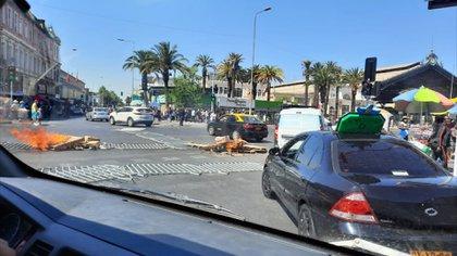 En Estación Central, la Alameda fue tomada por manifestantes por largos períodos, con barricadas por lo que los vehículos debieron desviarse