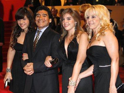 Diego Maradona con Claudia Villafañe y sus hijas, dalma y Giannina (The Grosby Group)