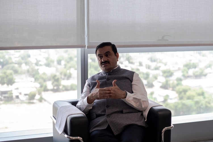 Gautam Adani, fundador y presidente del Grupo Adani, en la sede de la compañía en Ahmedabad, India, en junio. (Rebecca Conway/The New York Times)