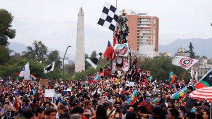 Las multitudinarias movilizaciones en Santiago de Chile expresaron el hartazgo del sistema político y concluyeron en la convocatoria a un referéndum constitucional. (EFE/ Alberto Valdés)