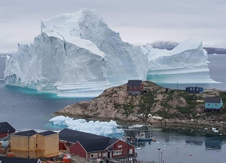 Iceberg gigante próximo a un pueblo en Groenlandia.